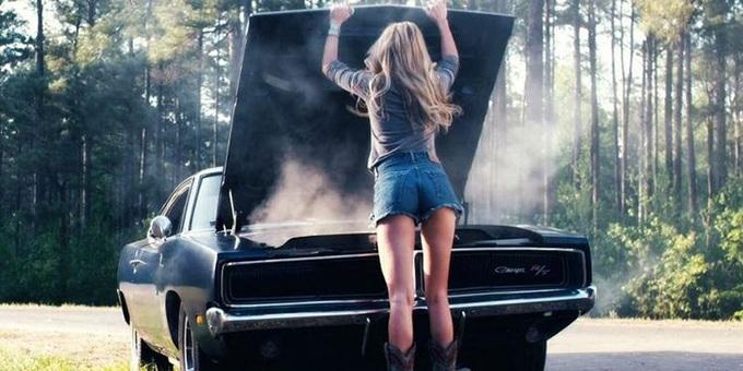 Девушка у капота машины